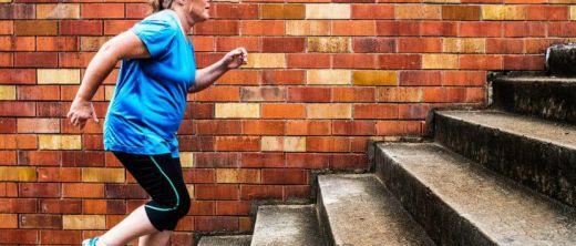 ältere Frau macht Sport